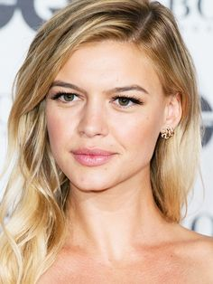 Want a natural makeup look but need something to give your eyes a boost? Try out some false eyelashes to recreate model Kelly Rohrbach's look at the GQ Man of the Year Awards.