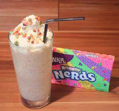Wonka Rainbow Nerd Shake - perfekt für heiße Tage! #Wonka #Nerds #Rainbow #Milkshake #Milchshake Nerd, Rainbow, Breakfast, Recipes, Ideas, Easy Food Recipes, Chef Recipes, Bakken, Simple