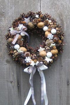 Adventní věnec na dveře Věnec o průměru cca na slámovém základu z přírodního materiálu doplněný stuhami, baňkami a filcovými hvězdičkami. Určeno k dekoraci. Christmas Advent Wreath, Christmas Mood, All Things Christmas, Pine Cone Decorations, Flower Decorations, Fall Crafts For Adults, Handmade Christmas Crafts, Making Ideas, Diy And Crafts
