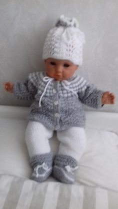 poppenkleertjes breien of haken & Bing images Knitted Dolls Dress Pattern, Doll Dress Patterns, Knitting Dolls Clothes, Crochet Doll Clothes, Knitting For Kids, Baby Knitting Patterns, Baby Born Kleidung, Tricot Baby, Baby Born Clothes