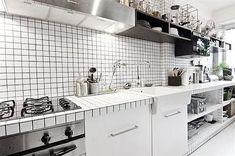 白と黒のタイル貼りのキッチン2.jpg