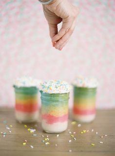 Rainbow mason jar cupcakes. Fab wedding favor recipe idea from http://lovelylittledetails.com