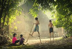 Here is collection of 28 magical moments of kids playing from across the world that reminds us of those beautiful moments we've all experienced as children. Kids Around The World, People Around The World, All Over The World, Around The Worlds, Pinterest Photography, Amazing Photography, Photos Du, Cool Photos, Photo Voyage