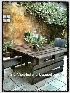 ¿Quieres reutilizar y reciclar? Con 4 palets se puede llegar a tener una preciosa mesa para el jardín. No es nada complicado y puedes personalizarla después con el color que mejor te combine.