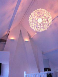 Zolder 4.5 m1 hoge nok met mooi Lichtplan van Jan Neggers en Ikea Mas Kros lamp