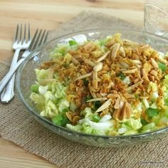 Napa Cabbage Salad with a Crunchy Topping Chinese Napa Cabbage Salad with a crunchy noodle and nut topping - a party favorite!Chinese Napa Cabbage Salad with a crunchy noodle and nut topping - a party favorite! Chinese Cabbage Salad, Napa Cabbage Salad, Cabbage Salad Recipes, Chicken Salad Recipes, Chou Napa, Napa Salad, Salad Bar, Asian Recipes, Healthy Recipes