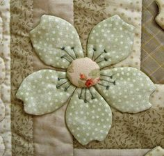 Japanese Embroidery Designs Ulla's Quilt World: Quilt blanket - Japanese flowers Hand Applique, Applique Quilts, Flower Applique Patterns, Applique Designs, Embroidery Designs, Flower Quilts, Fabric Flowers, Quilting Projects, Quilting Designs