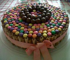 Torta de Chocolate rellena de nutella, con bordes de pirulines, dandy y toronto
