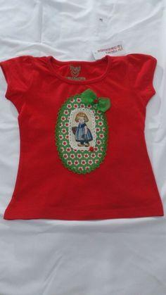 Camiseta roja con muñeca y lazo