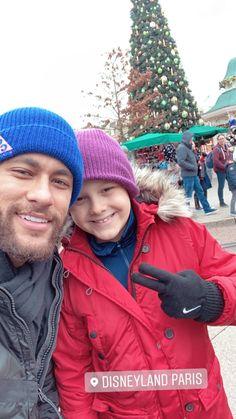 Neymar and Davi at Disneyland Paris Psg, Soccer Guys, Best Duos, Cute Love Pictures, Neymar Jr, Older Men, Disneyland Paris, Balloon Decorations, Football Players