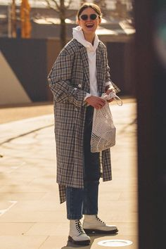 Winter Outfit Idea: White Hooded Sweatshirt, Plaid Coat, Cropped Jeans, and White Combat Boots Plaid Fashion, Look Fashion, Autumn Fashion, Fashion Outfits, Fashion Trends, Fashion Check, Fashion Style Women, Womens Fashion, Daily Fashion