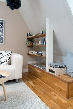 Una mansarda in stile nordico ben strutturata e immersa nella luce, dove ogni angolo è sfruttato con soluzioni intelligenti.