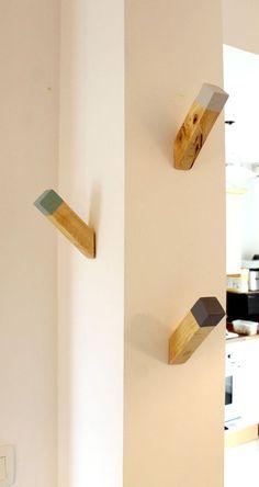 DIY Bois : Réalisez ces patères en bois très facilement grâce à quelques tasseaux de bois Gascogne Bois. Choisissez des tasseaux de 26 centimètres environ. Une des extrémités à été coupée à 45° pour faciliter la pose des manteaux. Si vous le souhaitez, appliquez de la peinture dessus pour un rendu plus stylisé ou laissez-les bruts pour un aspect authentique. Fixez-les aux murs via des vis (fixation différente selon le type de mur) ... puis disposez vos manteaux et chapeaux dessus. #diy #bois