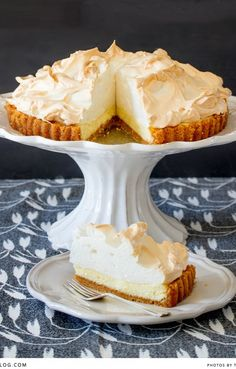 classic lemon meringue pie: sweet and tangy lemon pie on a biscuit base with a delicate, fluffy meringue topping. Lemon Recipes, Pie Recipes, Sweet Recipes, Dessert Recipes, Recipies, Just Desserts, Delicious Desserts, Yummy Food, Lemon Meringue Recipe