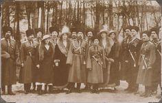 O Imperador Nicolau II e seus filhos com os oficiais cossacos do Konvoy (Grabbe, seu comandante é visto entre as Grã-duquesas Anastasia e Olga) no GHQ Moginav. Czarevich Alexei está junto ao pai e suas irmãs as Grã-duquesas Tatiana e Marie estão mais a direita.