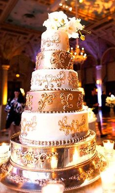 Add a touch of glam to your reception with these fancy metallic cake ideas.