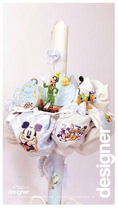 Pentru ca personajele lui Disney sunt intotdeauna prezente la evenimentele importante din viata unui copilas, alege o lumanare de botez accesorizata cu mai multe jucarii sau figurine de plus inspirate din desenele animate, si iubite de noi cum ar fi Donald, Mickey Mouse sau Goofy.Aceasta lumanare de botez haioasa si vesela este recomandarea noastra pentru ceremonia de crestinare a unui baietel. Un textil geometric cu un pattern chevron intr-un joc gri aqua, turcoaz sau alb si verde, insertii… Mickey Mouse, Aqua, Cots, Water, Baby Mouse