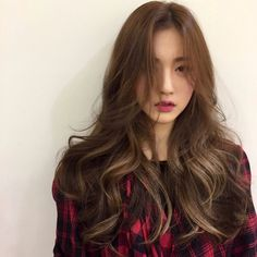 Asian hair wavy, asian brown hair, brown hair trends, long hair with bang. Asian Hair Wavy, Asian Brown Hair, Hair Color Asian, Hair Color For Black Hair, Cool Hair Color, Brown Hair Colors, Hair Colours, Korean Hair Color Brown, Black Korean