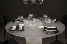 Preludio Noleggio propone per i vostri eventi l'allestimento Elite. Affascinante e luminoso è composto da un tavolo luminoso a radiofrequenza, piatti Oriente, sottopiatto Titanio, posate titanio, bicchieri modello infinito, sedie Kartell Victoria Ghost nero e candelabro in plexiglass.