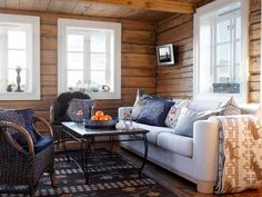 Her er interiørdesignernes tips. Couch, Pillows, Living Room, Wood, Interior, Outdoor Decor, Inspiration, Furniture, Home Decor