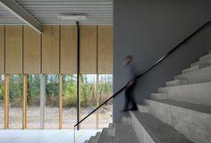 Architecten Kiki Verbeeck en Yves Malisse van het bureau URA ontwierpen de sportzaal van het Atheneum van Ukkel (KAU) die hen een Belgian Building Award in