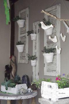 Gosto de simplicidade, janelas recicladas, caixas , troncos!