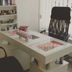 Home Beauty Salon, Home Nail Salon, Nail Salon Design, Beauty Salon Decor, Salon Interior Design, Beauty Salon Interior, Nail Desk, Nail Room, Nail Saloon