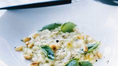 Blanda vitlök och olivolja i en skål.  Låt dra medan du gör risotton. Värm buljongen i en kastrull för sig. Fräs löken mjuk i rikligt med olivolja i en tjockbottnad kastrull på låg värme utan att den tar färg. Tillsätt riset, höj värmen och låt fräsa i ytterligare någon minut till dess att riset blandat sig väl med löken och känns torrt. Häll i vinet och låt koka tills det ångat bort. Rör om hela tiden. Tillsätt den varma buljongen, lite i taget. Börja med 3-4 dl ta sedan 1 dl i taget ... Pesto, Risotto, Eating Well, Vegan Recipes, Vegan Food, Potatoes, Baking, Ethnic Recipes, Passion