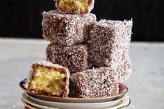 Lamingtons: an Australian favorite. It's a cube of butter cake dipped in chocolate, then rolled in coconut flakes. Some versions are filled with cream or jam. Aussie Food, Australian Food, Cupcakes, Cupcake Cakes, Just Desserts, Delicious Desserts, Yummy Food, Coconut Desserts, Sweet Recipes