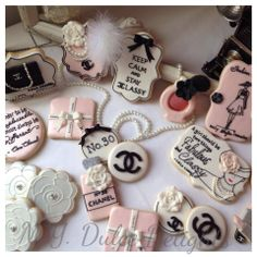 Chanel and flowers Fancy Cookies, Cute Cookies, Royal Icing Cookies, Chanel Cookies, Chanel Cake, Chanel Cupcakes, Coco Chanel, Chanel Birthday Party, Chanel Party