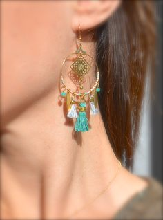 Boucles d'oreille anneau et carré doré, pompon turquoise et gris clair -Bijoux ENORA-