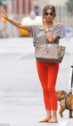Irina Shayk hails a cab in orange pants and flats! Pantalon Orange, Irina Shayk Style, Kardashian, Orange Jeans, Casual Outfits, Cute Outfits, Casual Chic, What To Wear, Celebrity Style