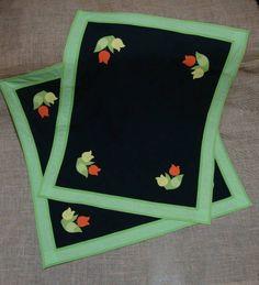 Kit de cozinha bordado de tulipas, fundo preto, barrado verde estampadinho.  Neste kit foram feitos: 1 bandô (2,20 x 0,45)m, toalha (90 x90) cm, toalha (90 x 74)cm , 3 toalhas para armários, caminho de mesa, toalha fogão, capa fogão, capa liquidificador, capa batedeira, capa botijão gás, capa para térmica,  toucas pra potes.
