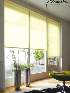 Rolgordijnen transparant geel/groen in de woonkamer.