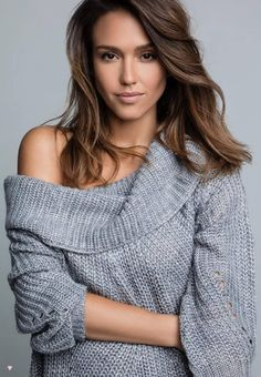 Jessica Alba style is beautiful. She wore a grey sweater. By the way, Jessica Alba outfits are a cute idea for winter wear. Jessica Alba Style, Jessica Alba Haar, Jessica Alba Makeup, Beautiful Celebrities, Beautiful Actresses, Most Beautiful Women, Hight Light, Jessica Alba Pictures, Brunette Bob