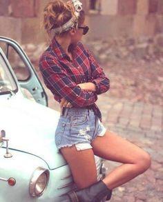 Hipster un término ingles que se utiliza para descirbir a una subcultura urbana con un estilo propio que han creado una moda, un estilo original, y establecen