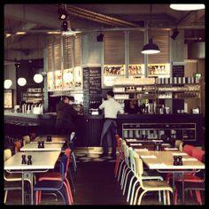 In de oude lampenfabriek van Philips zit een grand cafe dat zijn naam eer aandoet: Usine.