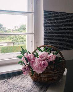 Samstag ist für mich Markttag. Man kennt sich, hält einen Plausch und natürlich müssen Blumen mit. Dann fühle ich mich auch in der großen Stadt geradezu dörflich. Ikebana, Amaryllis, Rustic, Garden, Plants, Lilac Bushes, Tulips, Decorating Ideas, Creative