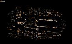 Foto da revista National Geographic mostra ossos recolhidos por pesquisadores na África do Sul que foram identificados como sendo de uma nova espécie do gênero humano. 'Homo Naledi'. (Foto: Robert Clark/National Geographic, Lee Berger/University of the Witwatersrand via AP)