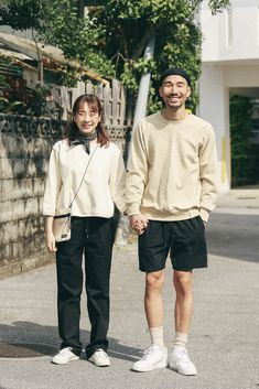 In Fashion Mens Clothes Fashion Couple, New Fashion, Trendy Fashion, Minimal Outfit, Minimal Fashion, Look Con Short, Couple Outfits, Men Street, Casual Street Style