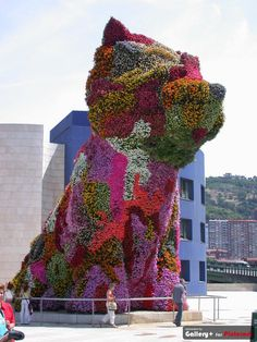 'Puppy,' a living floral sculpture located at the Guggenheim museum in Bilbao, Spain. 000 fresh flowers are supported by 25 tons of soil and watered with an internal irrigation system. Created by American artist, Jeff Koons Jeff Koons Art, Topiary Garden, Garden Art, Guggenheim Museum Bilbao, Wow Art, Outdoor Art, Land Art, Public Art, American Artists