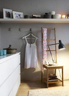 """Stummer Diener und Nachttisch in einem ist """"Rågrund"""". Über die hohe Bambuslehne können Tücher, Blusen und Hosen gehängt werden."""