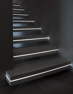 Corian® hanging stairs LUXO SURFACES by OFFICINE SANDRINI     /     Idea iluminación escalera!!!!!