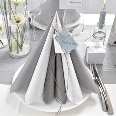 Ideer og inspiration til borddækning i støv-petrol og grå farver, til konfirmation, bryllup og barnedåb. se mere på danskpapirvare.dk