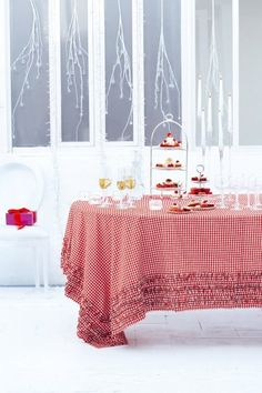 Une nappe de fête en vichy // Christmas table with a gingham tablecloth, red and white
