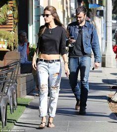 Wear boyfriend jeans like a top model.