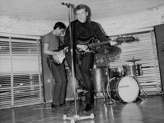Johnny Hallyday à la guitare au Golf Drouot - 1964