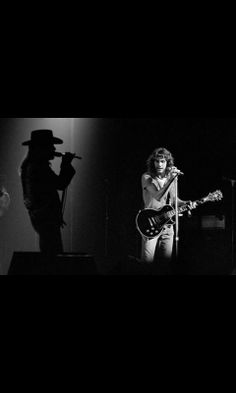 Ronnie Van Zant and Steve Gaines of Lynyrd Skynyrd. What a beautiful & haunting shot. Rest In Peace. Rock And Roll Bands, Rock N Roll, Music Pics, My Music, Great Bands, Cool Bands, Steve Gaines, Gary Rossington, Lynard Skynard