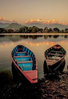 The beautiful Fewa Lake which offer the best sunset spot in Nepal! If you're a sunset chaser, Pokhara is the best place in Nepal to go! Beautiful World, Beautiful Places, Beautiful Pictures, Beautiful Sunset, Nepal, Belle Photo, The Great Outdoors, Wonders Of The World, Kayaking