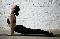 Are you a complete beginner to yoga? This 20 minute yoga routine for beginners will help you tone, improve flexibility, lose weight, and build a strong foundation of some of the most essential yoga poses. Ashtanga Yoga, Yoga Restaurador, Vinyasa Yoga, Yoga Poses For Men, Easy Yoga Poses, Yoga Routine For Beginners, Yoga Positions, Restorative Yoga, Types Of Yoga